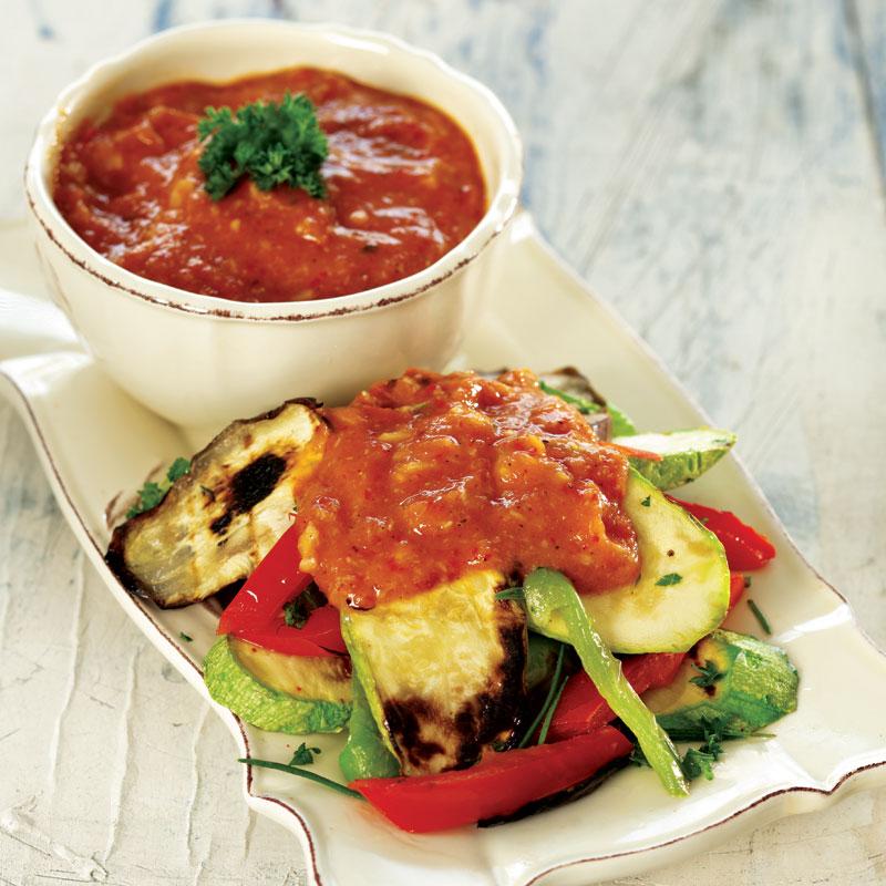 közlenmiş domates soslu sebze salatası