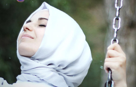 Fotoğraflarında 'Omzun Üstünden Meleği Gösteren' Kişi, Züleyha Sarı