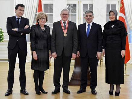 Hayrünnisa Gül'ün Kıyafet Seçimi Asil ve Siyah!