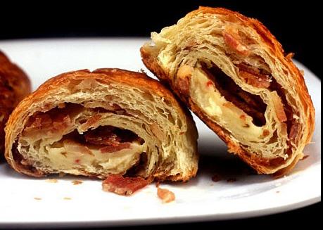 Pastırmalı Rulo ve Kaşarlı Ekmek Dilimleriyle Nefis Bir Kahvaltı