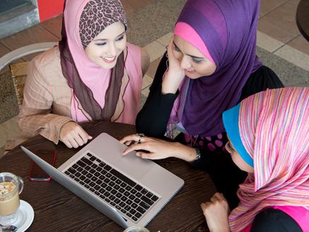 Müslüman Hanımların Kendi Aralarında Giyinme Ölçüsü Ne Olmalıdır?