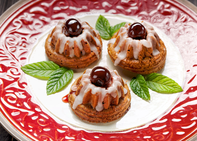 Beyaz Çikolata Soslu Vişneli Kek