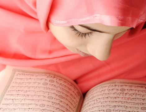Kuran-ı Kerim Okuyan Müslüman Kadın