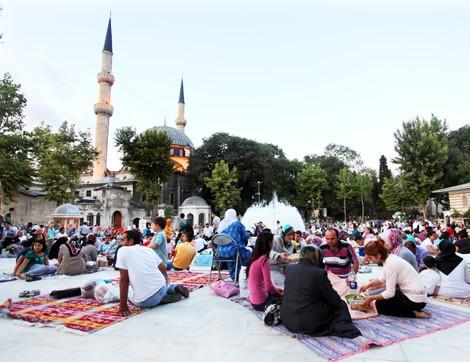 """İstanbul'un Kadim Semtlerinde Bir Başkadır """"Ramazan"""""""