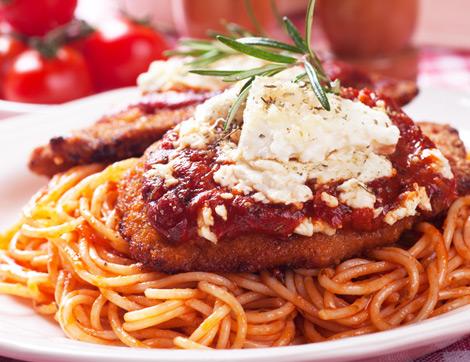 Domates Soslu Spagetti Eşliğinde Viyana Usulü Şnitzel Tarifi