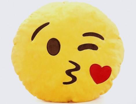 Kalpli Öpücük Gönderen Emoji