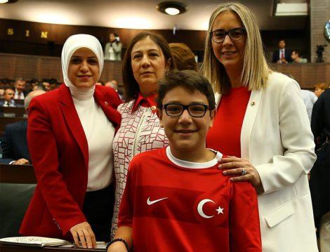 Milletvekilleri Kırmızı Beyaz Giyiniyor