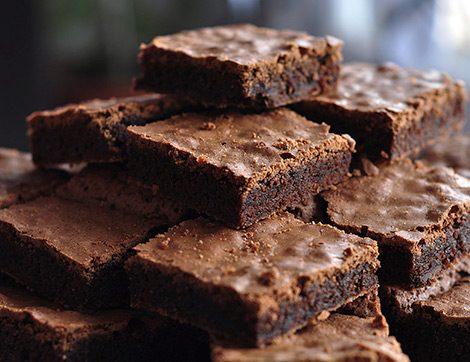 Sadece 4 Malzemeyle Unsuz Çikolatalı Kek Nasıl Yapılır?