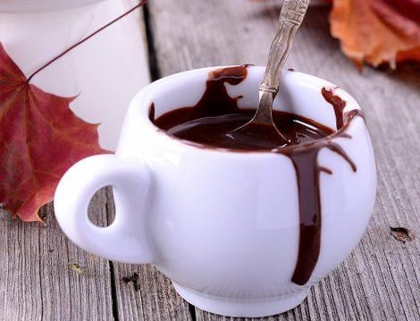 Çikolata Soslu Kızılcık Kremalı Pasta Tarifi