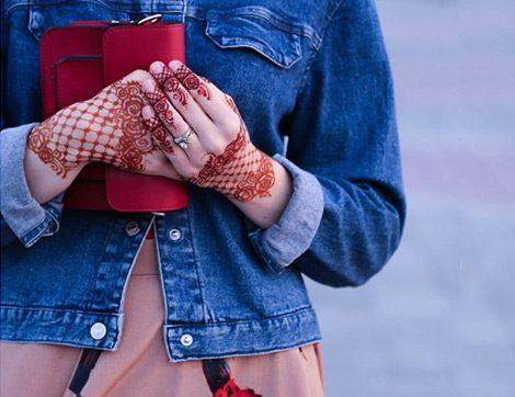 İstikrarlı Popülaritesiyle Denim Ceketler Bu Sezon Beklenmedik Parçalarla Kombinleniyor