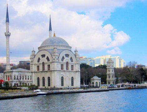 Baharda Bir Başka Güzel İstanbul'un Boğaza Nazır Camileri