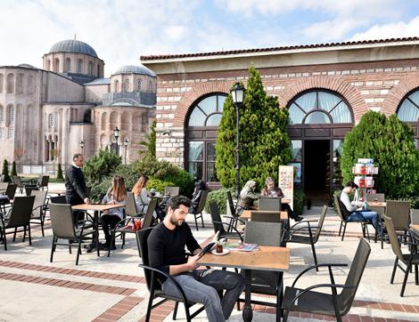 Kitap ve Çay Keyfine Muhteşem İstanbul Manzarasının Eşlik Ettiği İstanbul Kitapçısı: Zeyrek Cafe