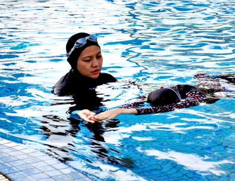 Bayan Antrenör Eşliğinde Kadınlara Özel Yüzme Dersi Veren Spor Merkezleri