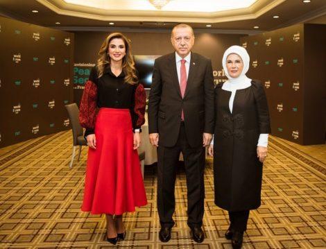 Ürdün Kraliçesi Rania al Abdullah'ın Kırmızı – Siyah Davet Stili