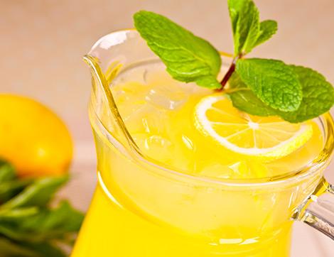 Buz Gibi Limonata ve Yanında Biri Portakallı Biri Elmalı 2 Islak Kek Tarifi