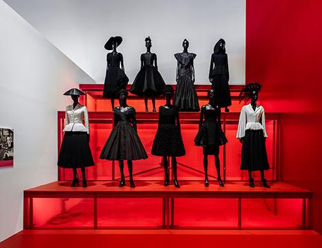 """""""Christian Dior: Paris'ten Dünyaya"""" Sergisinden Günümüzde Giyilebilecek Muhafazakar Tasarımlar"""