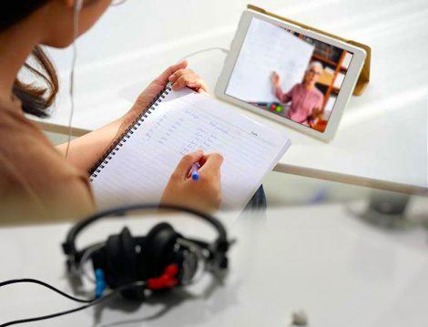 Online Eğitimde Kulaklık İle Ders Dinleme
